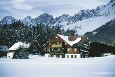 Farmhouse-in-winter-ramsau-am-dachstein-oesterreich-werbung-Diejun